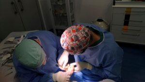 Realizando la incisión para la artroplastia