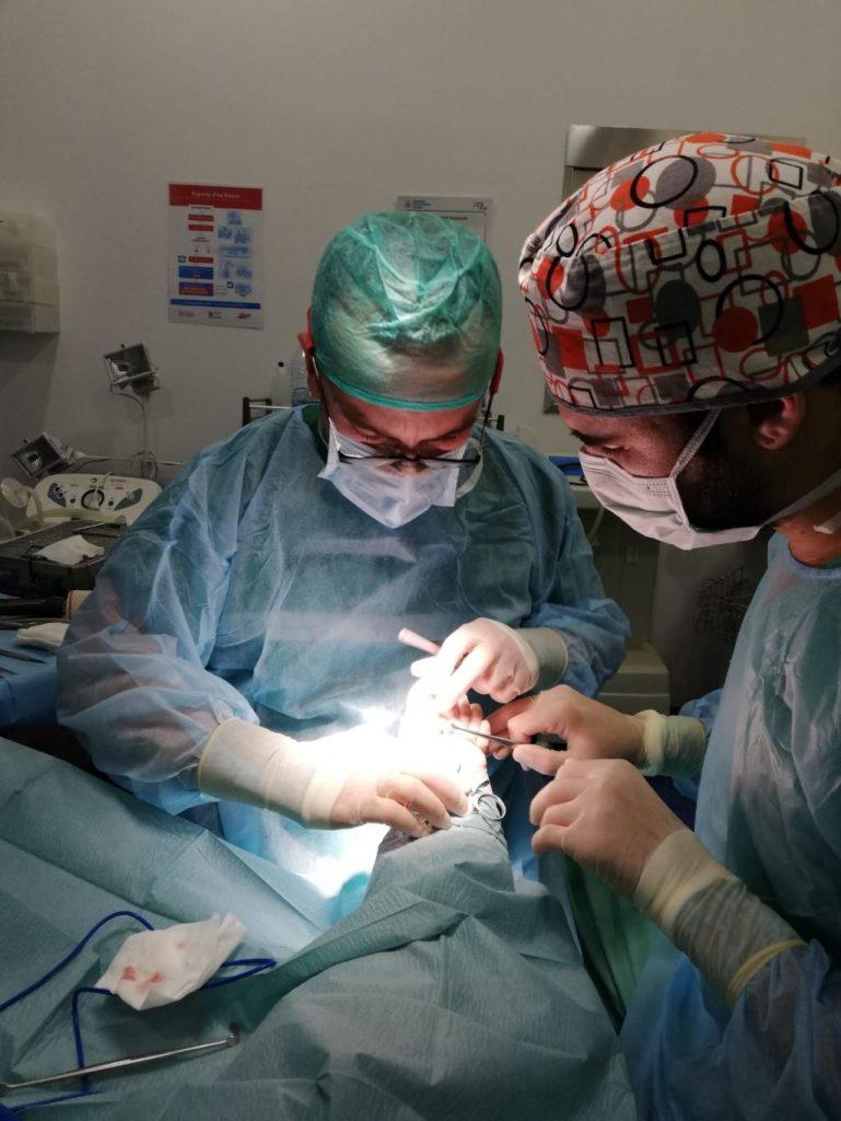 Parte del equipo quirúrgico. Podologos operando un pie
